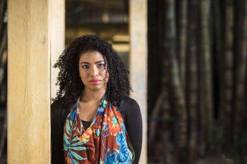Amanda Costa, 24, faz parte da organização que combate o racismo ambiental (Eduardo Knapp/Folhapress)