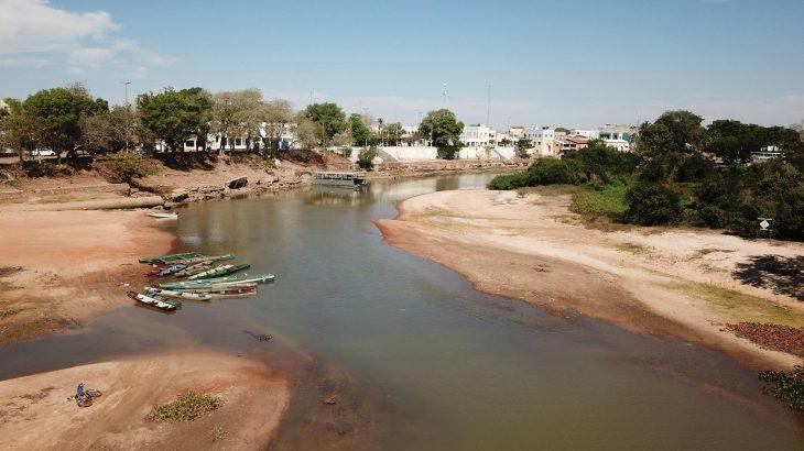 Porto de Cáceres, na margem do rio Paraguai, que enfrenta uma seca histórica (Ronivon Barros/Agenciaf8)