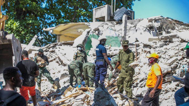 Soldados e bombeiros mexem em escombros na comunidade haitiana de Les Cayes (Ralph Tedy - 15.ago.21/Reuters)