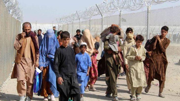 Afegãos fogem do Talibã rumo ao Paquistão, no ponto de fronteira de Chamam (AFP)