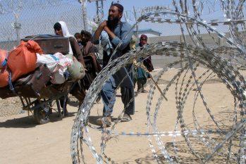 Civis caminham em área cercada no Afeganistão pelos talibaneses (REUTERS/Saeed Ali Achakzai/Direitos reservados)