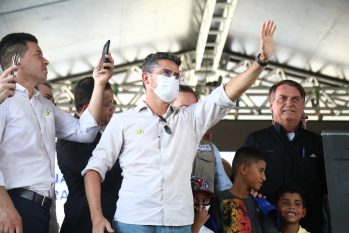 Mayor David Almeida, with President Bolsonaro, in the background, during the delivery of apartments at Manauara II Residencial, in Manaus (Ruan Souza / Semcom)