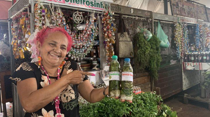 Dona Beth Cheirosinha é famosa por 'receitar' banhos e garrafadas especiais com ervas da Amazônia (Foto: Danilo Alves).