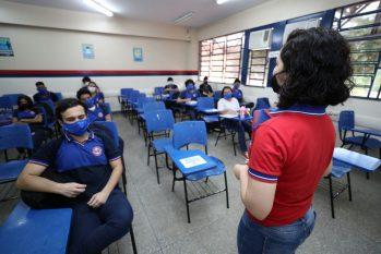 Professora da rede pública de educação do Amazonas ministra aula para alunos em distanciamento social (Tácio Melo/Secom)