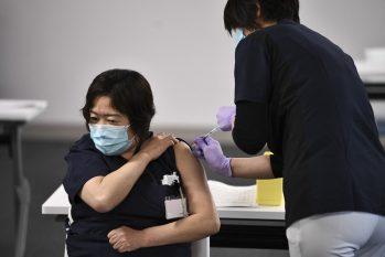 Profissional da saúde recebe vacina em Chiba, no Japão, em fevereiro deste ano (Kazuhiro Nogi/AFP)