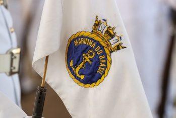 Bandeira com o distintivo da Marinha (Marcos Corrêa/PR)