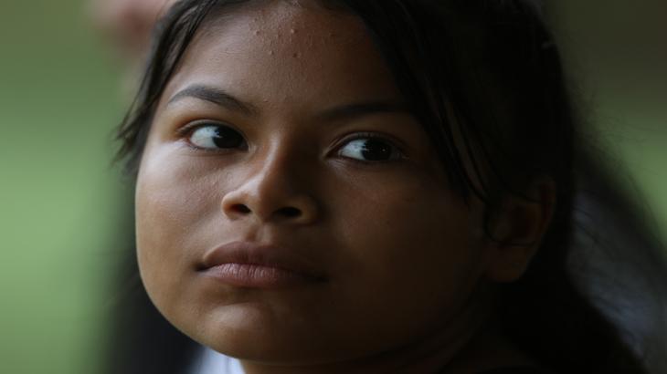 Olhar de jovem menina da etnia Baré