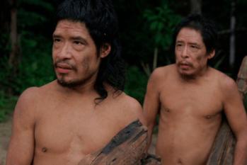 Os sobreviventes Pakyî e Tamanduá em cena do documentário que conta como seu povo foi dizimado (Reprodução/Internet)