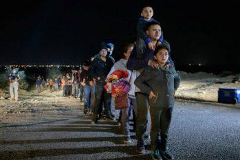 Família de imigrantes aguarda processamento após ser detida enquanto tentava cruzar o Rio Grande perto da cidade fronteiriça de Roma (ED JONES/AFP)