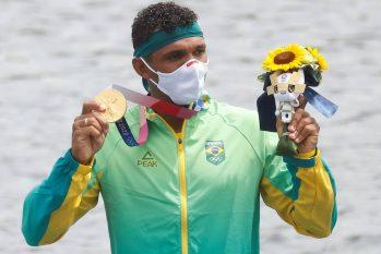 Isaquias Queiroz recebe a medalha de ouro no pódio da canoagem, em Tóquio (Maxim Shemetov/Reuters)