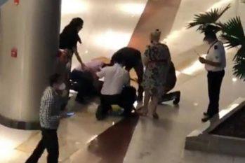 Funcionários tentam socorrer vítima no shopping Iguatemi, em Fortaleza (Reprodução/O Globo)
