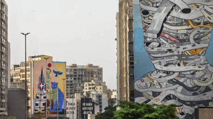 Em primeiro plano, o 'Homem Urbano', de Tec; no fundo, a obra 'Pindorama', de Rimon (Eduardo Knapp/Folhapress)