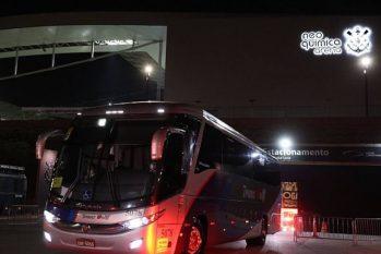 Ônibus com a delegação argentina deixa Neo Química Arena (Amanda Perobelli/ Reuters)