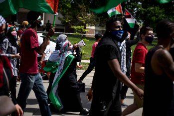 Moradores de Dearborn, no estado de Michigan, nos EUA, em marcha pró-Palestina (Emily Rose Bennett/The New York Times)