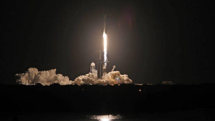 O foguete Falcon 9 com a cápsula Crew Dragon decola do Kennedy Space Center, na Flórida (EUA)(THOM BAUR/REUTERSMAIS)
