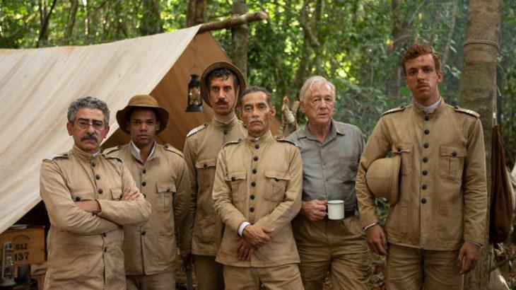 Chico Diaz (centro), caracterizado como Marechal Rondon, e a equipe que ele lidera na expedição à Amazônia em 'O Hóspede Americano', série de Helena Barreto (Divulgação)