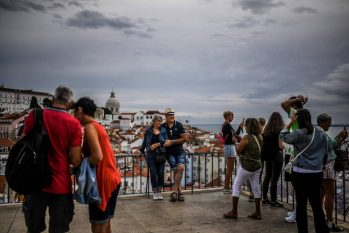 Turistas na região de Alfama, em Lisboa, no dia em que o uso de máscaras nas ruas deixou de ser obrigatório (Patricia de Melo Moreira - 13.set.21/AFP)