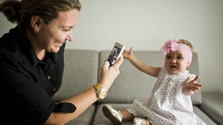 Exposição de crianças nas redes sociais. A mãe Gisella criou uma conta de histagram para mostrar a filha Laura para parentes. (Fábio Seixo)