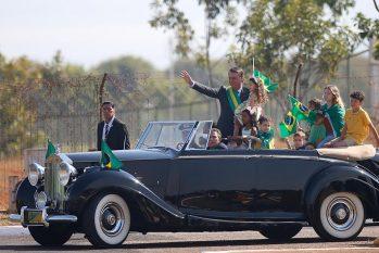 Bolsonaro chega à cerimônia de hasteamento da bandeira no Rolls Royce presidencial. Foto: Pedro Ladeira/ Folhapress