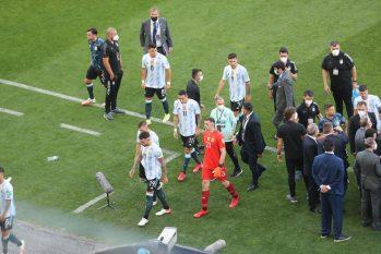 Jogadores da Argentina saem de campo após Anvisa cancelar partida. Foto: Estadão Conteúdo