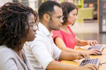 A pesquisa revela que o negro recebe, em média, 54,3% menos que uma pessoa branca na mesma função (Reprodução/ Freepik)