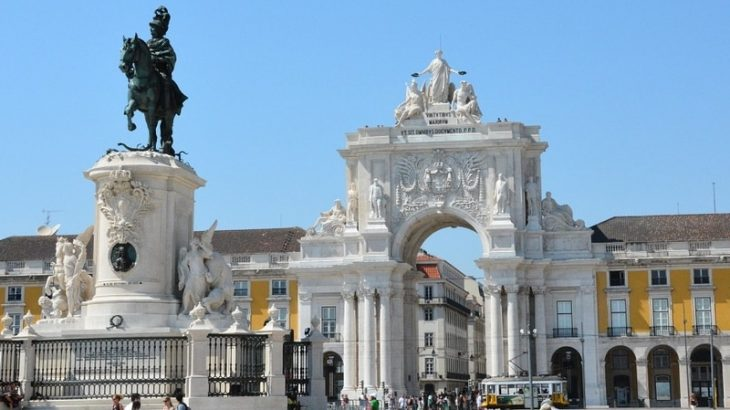 In Praça do Comércio are the monuments of D. José I and Arco Triunfal da Rua Augusta (Reproduction/ViajaMais)