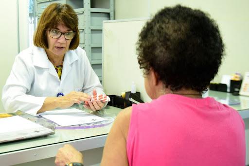 Profissional de saúde atende paciente em unidade de saúde no Amazonas (Reprodução/SES-AM)