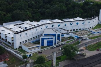 Aerial view of the Amazon Biotechnology Center. In detail, samples of products made with Amazonian essences (Promotion/Suframa)