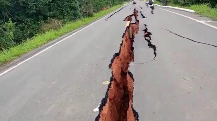 O Km 118 da BR-319 - que liga Manaus, no Amazonas, a Porto Velho, em Rondônia - está com imensas rachaduras (Reprodução/Internet)