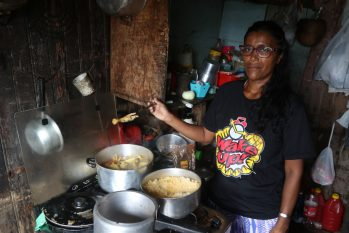 Débora Santana, 42, shows the lunch of the day. (Ricardo Oliveira/ CENARIUM)
