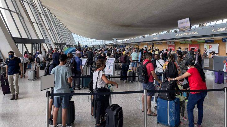 Passageiros aguardam em fila no Aeroporto Internacional de Washington, em Dulles, Virgínia. (Daniel Slim/ AFP)