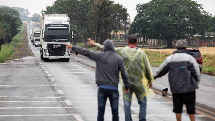 Caminhoneiros fazem paralisação na PR-170 nas proximidades da cidade de Rolândia, no Paraná (FramePhoto/Agência O Globo)