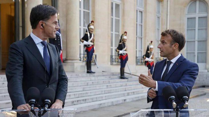 Mark Rutte, primeiro-ministro holandês, ao lado de Emmanuel Macron, presidente da França. (AFP)