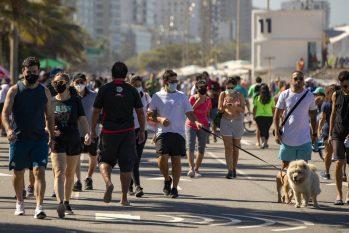 Cariocas e turistas caminham na orla do Leblon, no Rio. (Ana Branco/Agência O Globo)