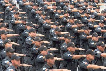 Solenidade de formatura de 375 novos Policiais Militares no Centro de Formação e Aperfeiçoamento de Praças da Polícia Militar, em Sulacap (Fabiano Rocha/Agência O Globo)