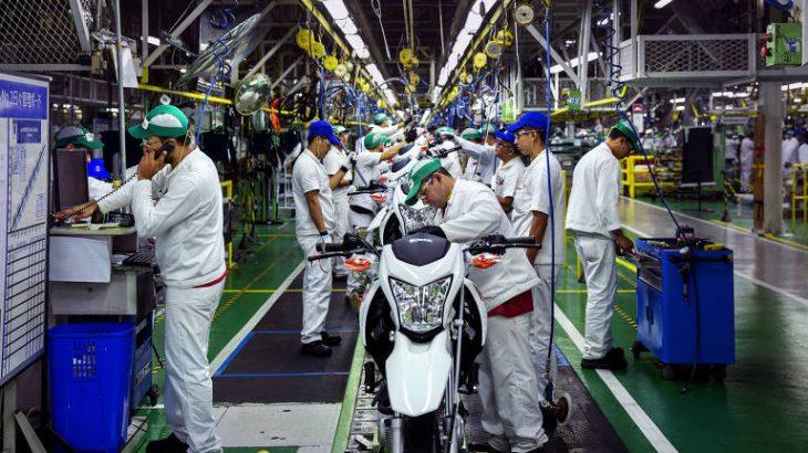 Linha de montagem de motos na fábrica da Honda, no Distrito Industrial da Zona Franca de Manaus (Lalo de Almeida/Folhapress)