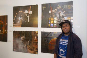 Richard Wera Mirim na exposição que reúne fotos e pinturas com temática indígena (Reprodução/Instagram)