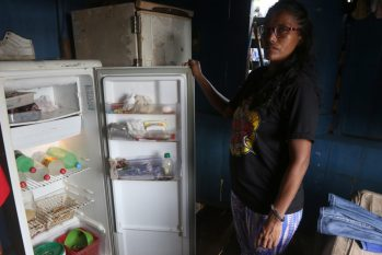 Dona de casa mostra geladeira praticamente sem alimentos em Manaus. (Ricardo Oliveira/ CENARIUM)