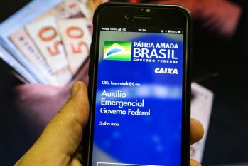 Beneficiário consulta app do auxílio emergencial no celular. (Divulgação/ EBC)