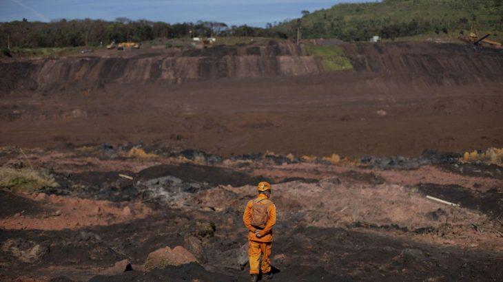 Bombeiro observa a lama que tomou conta do Córrego do Feijão em Brumadinho, dias após o colapso da barragem. (Mauro Pimentel/ AFP)