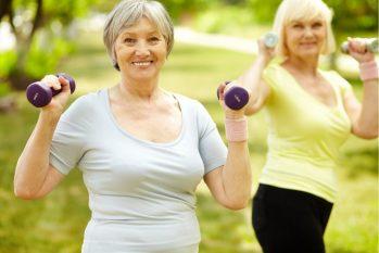 Registro mostra idosa se exercitando. (Divulgação)