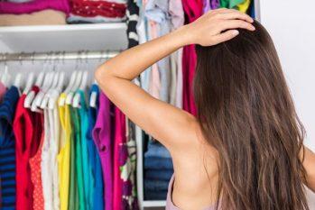 Registro mostra mulher escolhendo roupa. (Divulgação)
