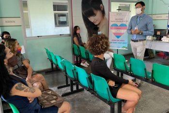 O diretor da Policlínica Codajás, Rainer Figueiredo, conversa com pacientes do Ambulatório de Diversidade Sexual e Gênero (Divulgação)