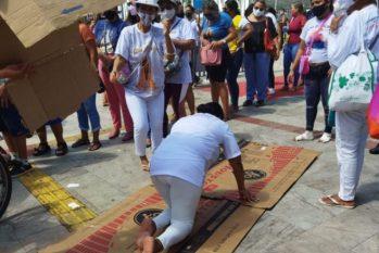 Mulher paga promessa em frente à Basílica de Nossa Senhora de Nazaré, em Belém. (Ageíse Navarro/ Via Rômulo D'Castro)