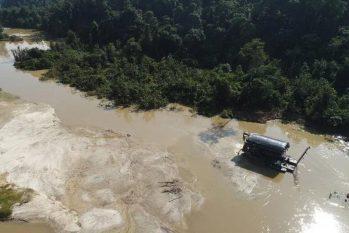 Maquinário de garimpo no Rio Parima (Condisi-YY/Divulgação)