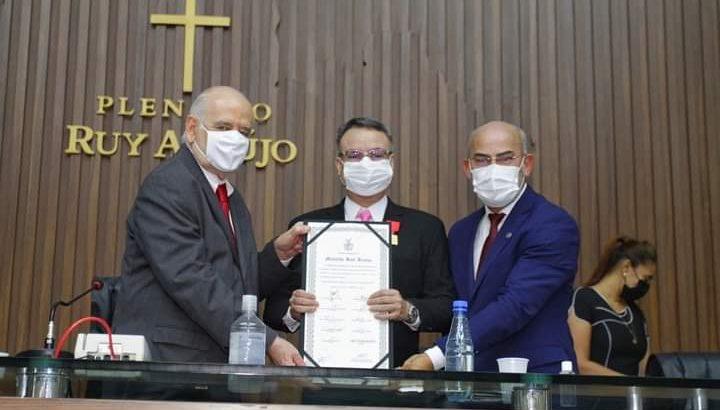 Deputados Serafim Corrêa e Cabo Maciel emolduram o juiz Cássio Borges (Divulgação)
