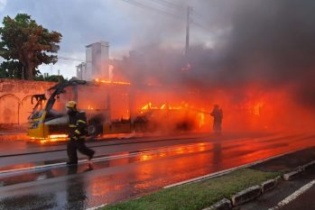 The vehicle, which runs to the East side of the city, was destroyed (Promotion/Cabo BM N. Souza)