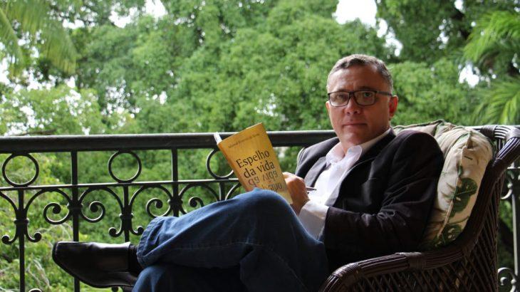 Adewal Ferreira do Norte posando para a foto com o seu novo livro. (Divulgação/Assessoria)