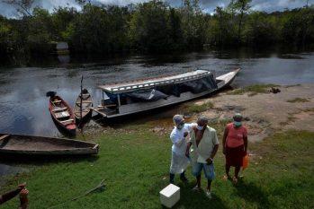Homem é vacinado contra Covid-19 em Melim, no estado do Pará (JOAO PAULO GUIMARAES / AFP/17-04-2021)