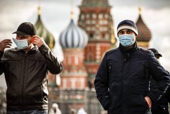 Turistas usam máscaras enquanto caminham pela Praça Vermelha, em Moscou, na Rússia (ALEXANDER NEMENOV / AFP)